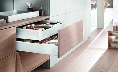 Choose-handle-less-drawers-over-doors